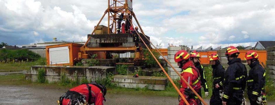 Feuerwehr Bühlertal übt Notfall an Hochbaukran der Firma Eisenbiegler
